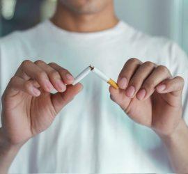 Fumeur cassant sa cigarette